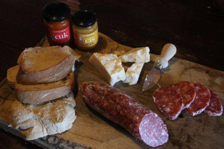 Tagliere salumi formaggi pane Ca' d'Alfieri