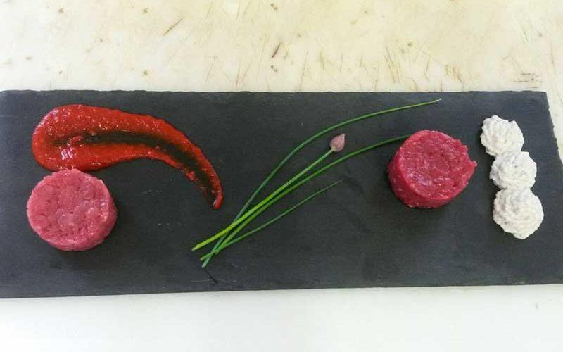 ristorante Claudia Battuto d' Appennino, suino nero di Parma, pecora cornigliese con salsa di peperoni dolci e boccioli di tarassaco.
