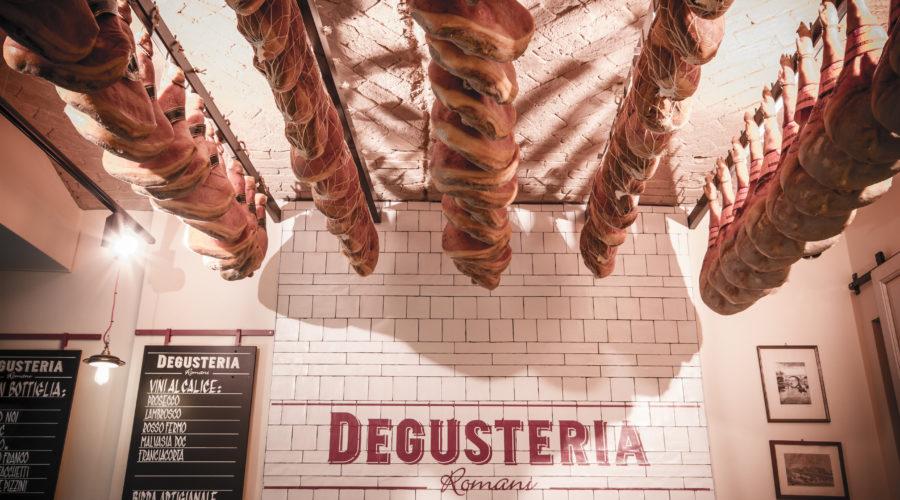 Degusteria_prosciutti_soffito
